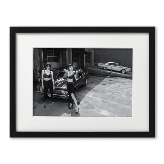 Foto-Print Oberhafen-Zyklus auf Ilford S/W-Papier, gerahmt. Cars & Girls Fotografie von Carlos Kella im Format 21 x 31 cm mit Passepartout und Rahmen. Limitiert und signiert.