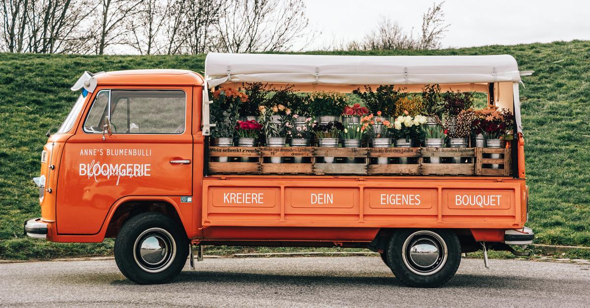 Anne's knallorangene 1975er VW T2 Pritsche ist Deutschlands erster Blumenbulli.
