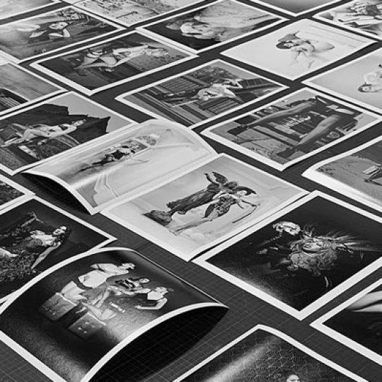 Die Grauwert-Edition von Carlos Kella: Alle Motive sind auf jeweils 12 Exemplare limitiert, nummeriert und von Carlos Kella handsigniert. Jedes Motiv ist ein echter Archival Pigment Print auf Barytpapier, zertifiziert und lichtecht, hergestellt in der international renommierten Bilder-Werkstatt GRAUWERT Hamburg. Die Prints werden in einem modernen schwarzen oder weissen Rahmen mit Passepartout angeboten.