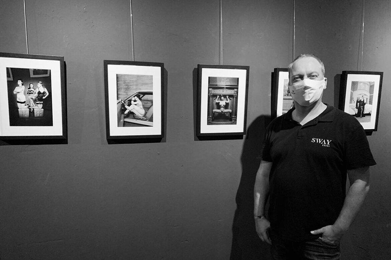 Die Ausstellung THE ART OF CARLOS KELLA - MODERN PIN-UP FOTOGRAFIE IN SCHWARZ WEISS startet noch einmal in der Boutique Bizarre