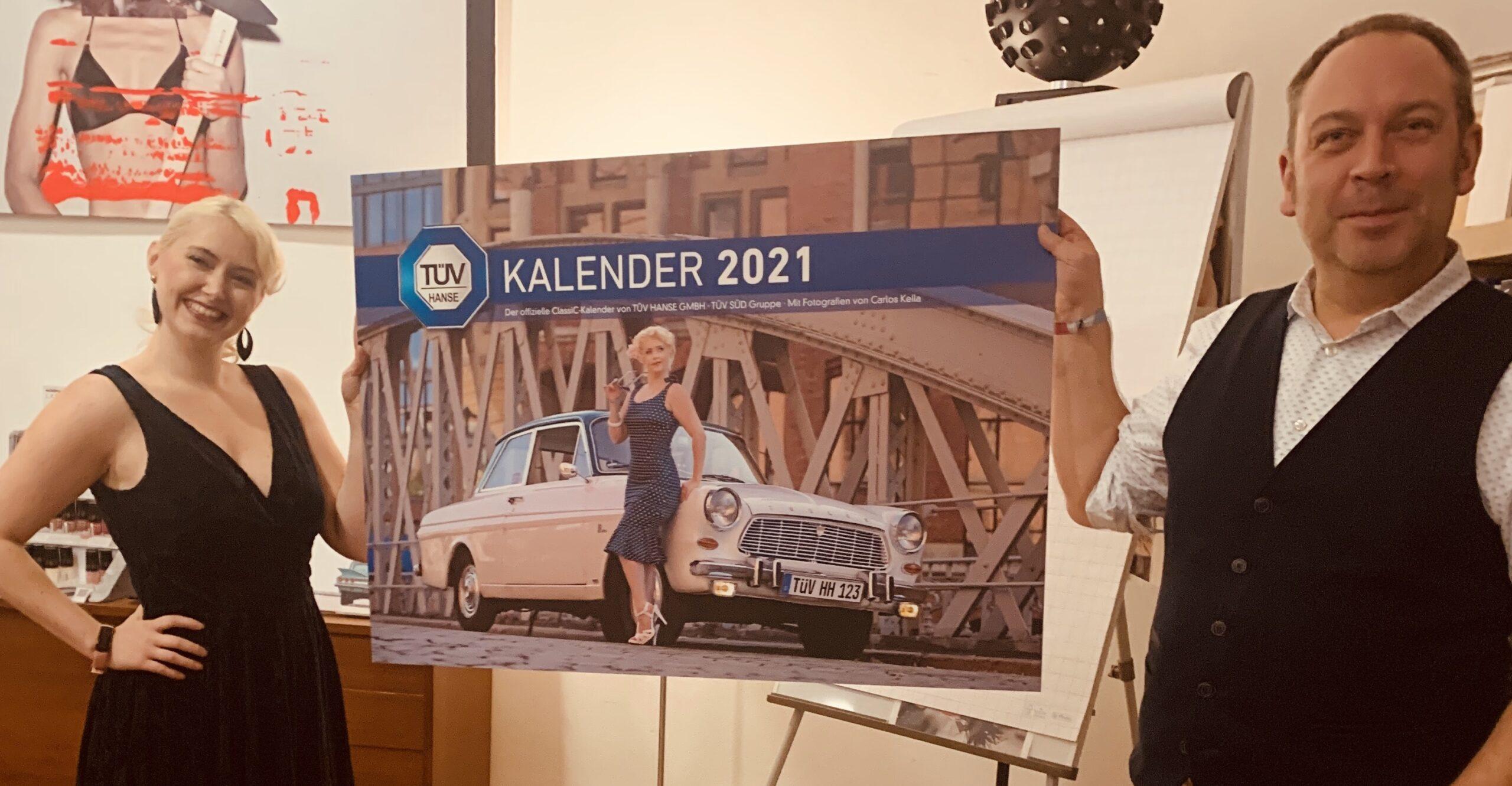 Covermodel Paula Walks und Fotograf Carlos Kella bei der feierlichen Enthüllung des Covermotivs für den TÜV Hanse ClassiC Kalender 2021.